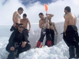 Κατασκευή χιονότρυπας για τους θαρραλέους του Ε.Ο.Σ. Αθηνών