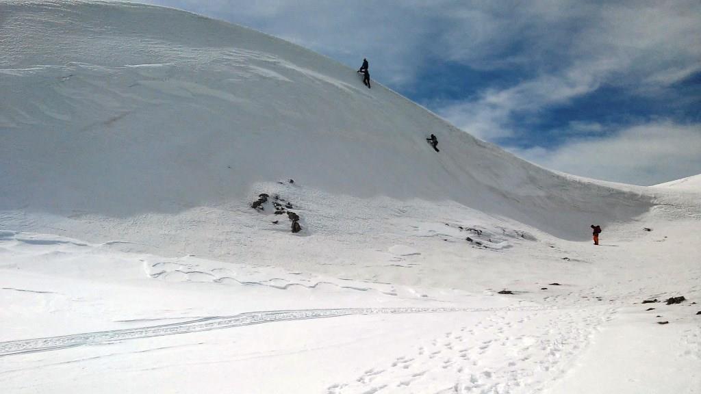 Snowboard στη χιονισμένη πλαγιά