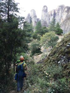 Εξόρμηση στη φύση για τους αθλητές κατά την αναρρίχηση βράχου μέσου επιπέδου