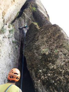 Σκαρφαλώνοντας κατά την αναρρίχηση βράχου μέσου επιπέδου