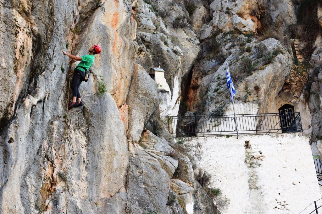 Σκαρφαλώνοντας το βουνό δίπλα στο γραφικό εκκλησάκι