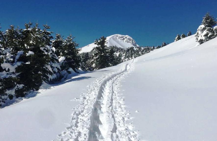 Το μονοπάτι πάνω στο απάτητο χιονισμένο βουνό