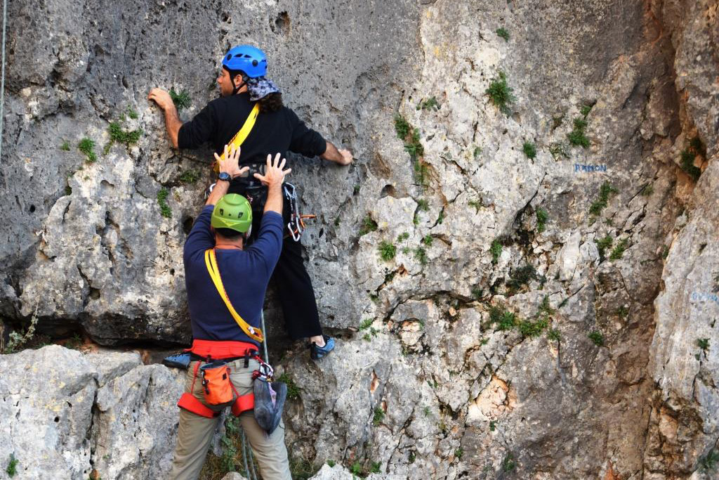 Στην αναρρίχηση βράχου για αρχάριους η προστασία των αθλητών είναι το παν
