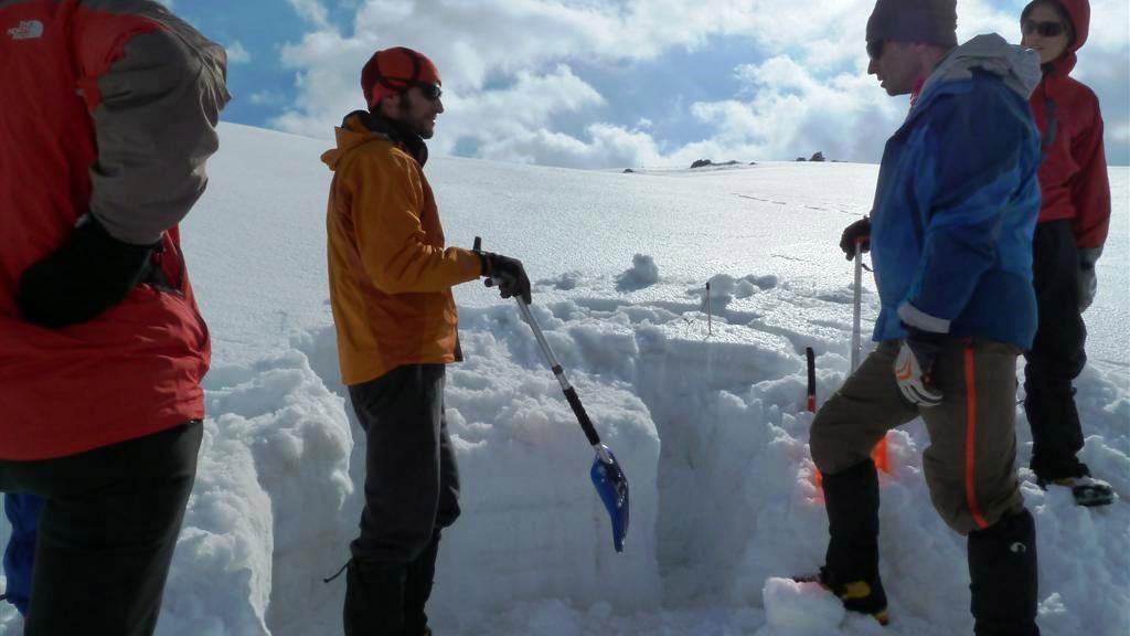 Ανοίγοντας μονοπάτια στα χιόνια στην Ορειβασία Μέσου Επιπέδου